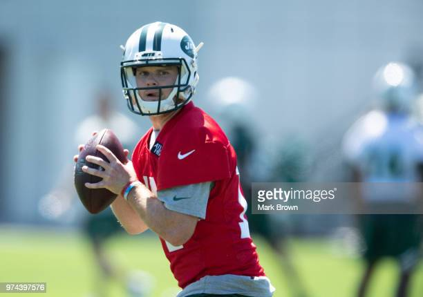 Quarterback Sam Darnold of the New York Jets participates in drills during the final day of Jets mandatory minicamp on June 14 2018 at The Atlantic...