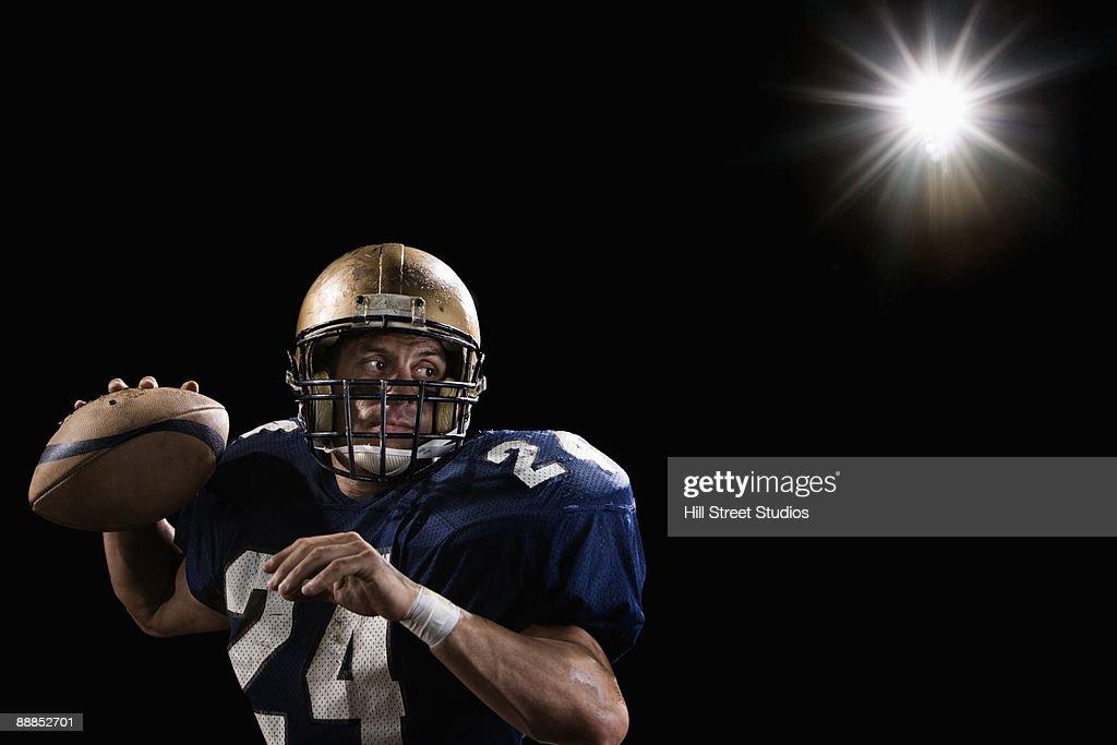 Quarterback throwing football : Foto de stock
