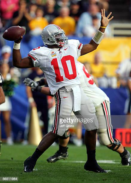 Quarterback Troy Smith#10 of the Ohio State Buckeyes passes the ball in the first half against the Notre Dame Fighting Irish at the Tostito's Fiesta...