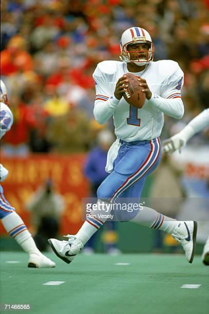 Quarterback Warren Moon of the Houston Oilers drops back to pass against the Kansas City Chiefs at Arrowhead Stadium on December 16 1990 in Kansas...