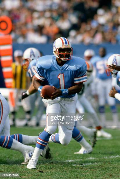 Quarterback Warren Moon of the Houston Oilers in action against the Cleveland Browns during an NFL football game October 29 1989 at Cleveland...