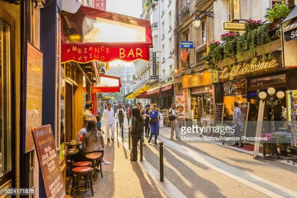 quartier latin (latin quarter), rue de la huchette - brasserie stock pictures, royalty-free photos & images