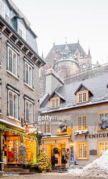 quartier petit champlain, hiver - chateau frontenac hotel stock pictures, royalty-free photos & images