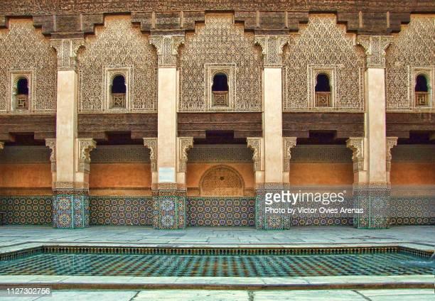 quartyard (patio) of the ben youssef madrasa, old islamic college in marrakesh, morocco - victor ovies fotografías e imágenes de stock