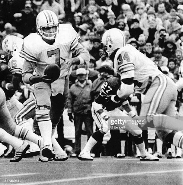 Quaterback Dan Pastorini of the Houston Oilers hands the ball off to running back Earl Campbell during the 2nd quarter of their SemiFinal Playoff...