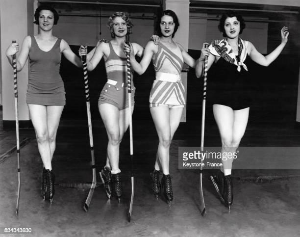 Quatre jeunes femmes s'apprêtent à jouer au hockey sur une patinoire de glace artificielle à New York City EtatsUnis