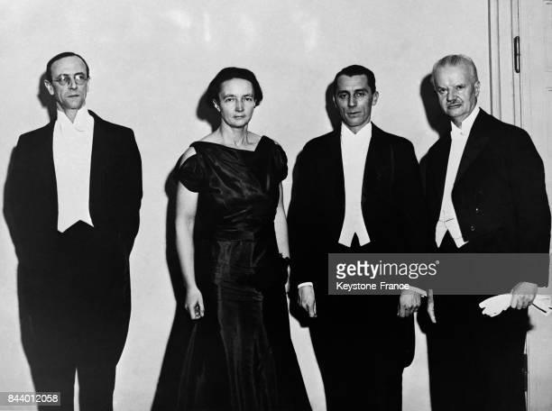 Quatre lauréats avec de gauche à droite Monsieur Chadwick Madame et Monsieur JoliotCurie et le Professeur Spemann à Stockholm Suède en décembre 1935