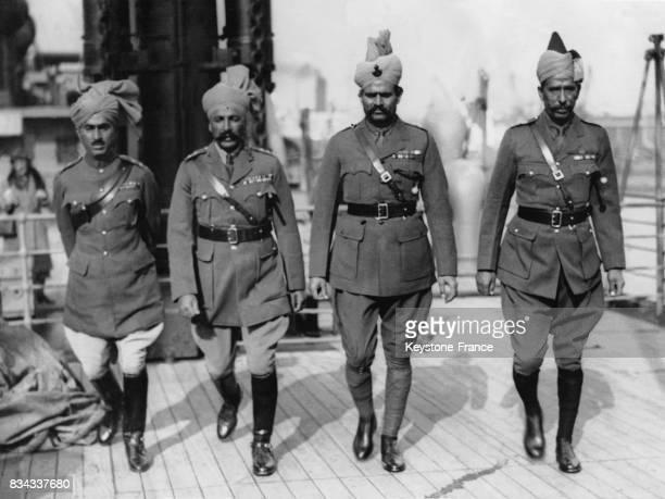 Quatre officiers indiens de la Garde royale photographiés à bord du paquebot 'Ranpura' à leur arrivée à Londres RoyaumeUni en avril 1931
