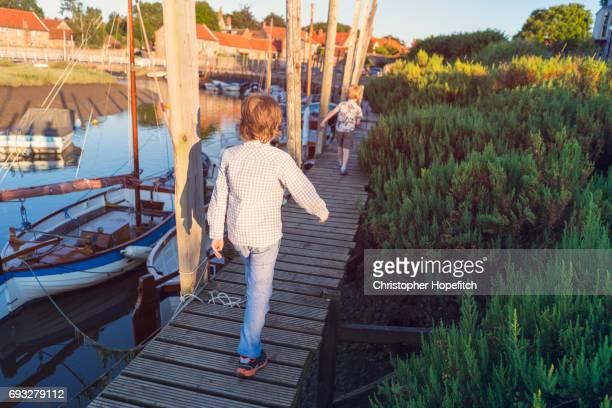 quayside walk at sunset - norfolk east anglia - fotografias e filmes do acervo