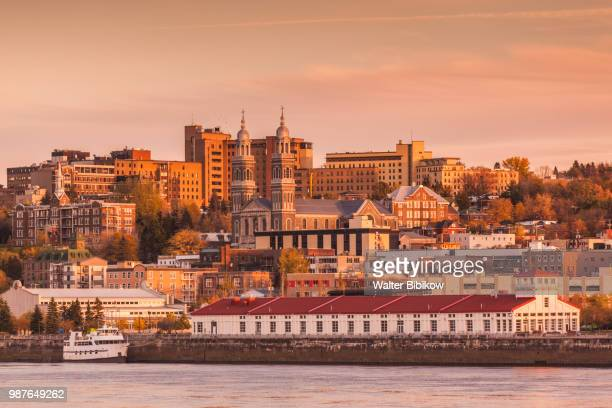 quebec, saguenay fjord, saguenay-chicoutimi, skyline by the saguenay river - québec provincia foto e immagini stock