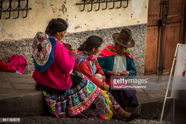 quechua menschen draußen in der innenstadt von cusco. - bezirk cuzco stock-fotos und bilder