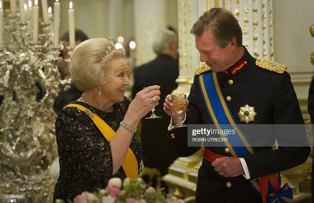 Queen Beatrix of the Netherlands (L) toa : News Photo