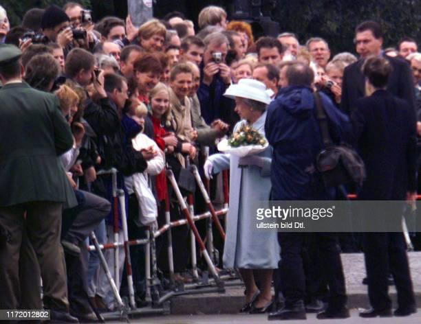 Queen Elisabeth 2. Weiht die neue Botschaft Great Britain in Berlin ein mit Eberhard Diepgen Prinz Philip und Monika am Brandenburger Tor Bad in der...