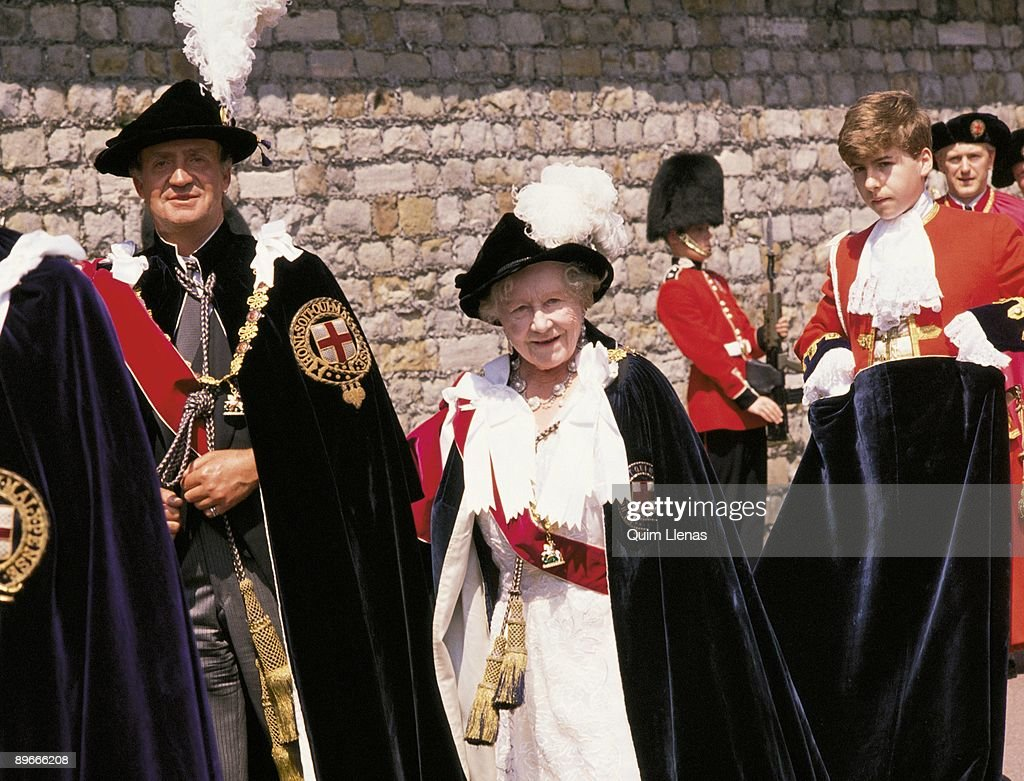Queen Elisabeth II gives King Juan Carlos I the Order of the Garter The King of Spain and the Queen of England with a traditional dress : News Photo