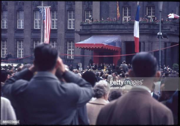 GER Queen Elisabeth II und Prinz Philip zu Besuch in Berlin Schaulustige Berliner Bevölkerung vor dem Rathaus Schöneberg