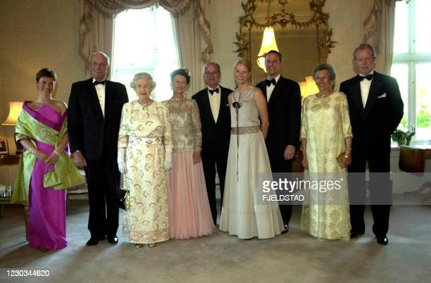 Queen Elizabeth and the Duke of Edinburgh who are on an official visit to Norway, gave a dinner for among others their hosts 31 May 2001. The picture...