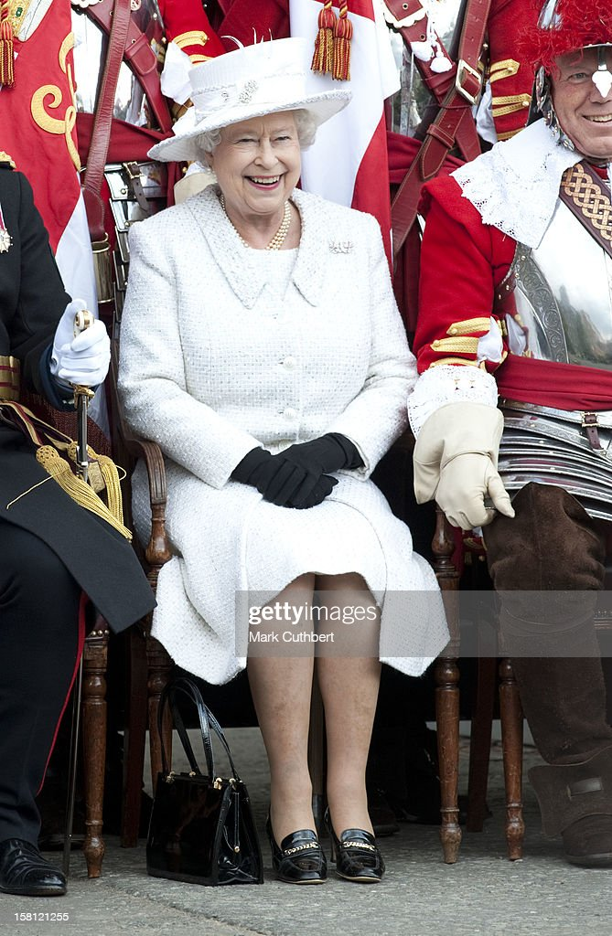The Queen Meets With The Honourable Artillery Company : News Photo