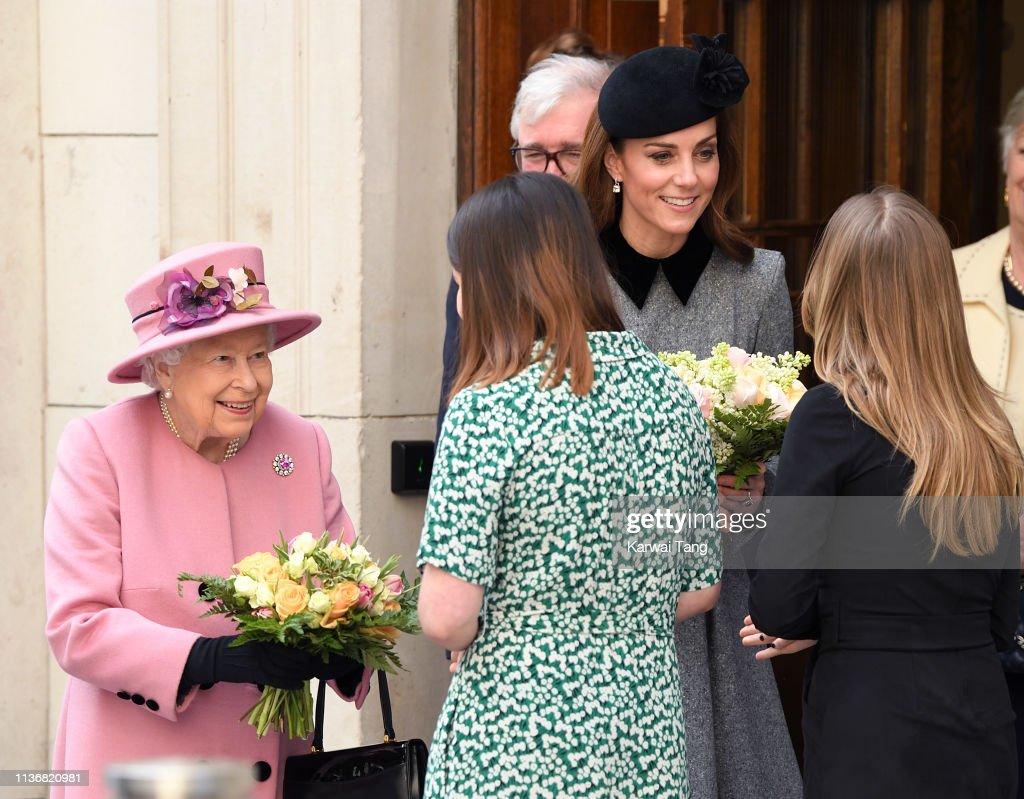 Queen Elizabeth II And The Duchess Of Cambridge Visit King's College London : Foto di attualità