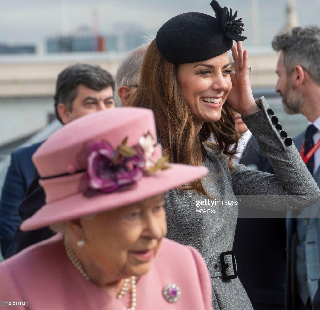 Queen Elizabeth II And The Duchess Of Cambridge Visit King's College London : Photo d'actualité