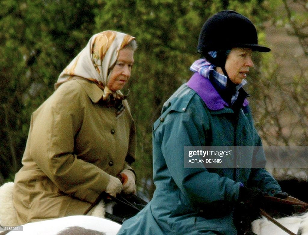 Queen Elizabeth II (L) and her daughter Princess A : News Photo