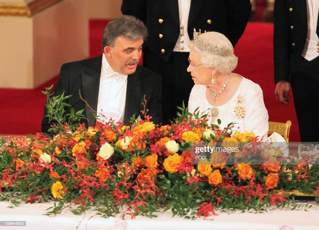Queen Elizabeth II and President of Turk : News Photo