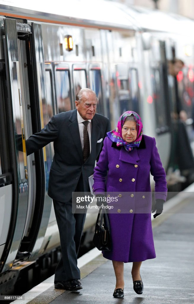 Queen Elizabeth II Arrives At King's Lynn Station : Fotografía de noticias
