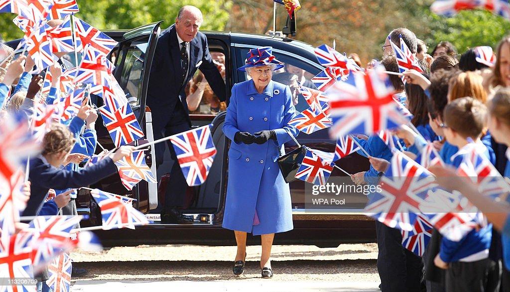 Queen Elizabeth II And Prince Philip, Duke of Edinburgh Visit Cambridge : Fotografía de noticias