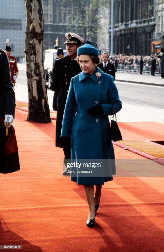 Queen Elizabeth II and Prince Philip, Duke of Edinburgh at the arrival of Queen Beatrix of Holland at Westminster Pier : News Photo
