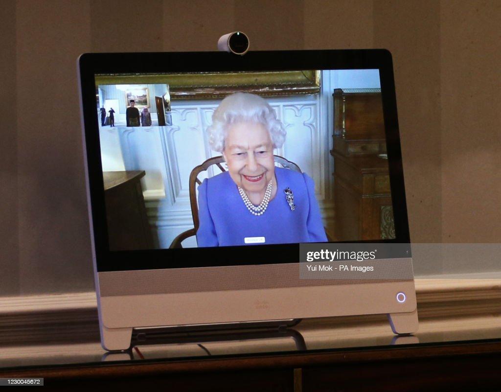 Audiences at Buckingham Palace : News Photo