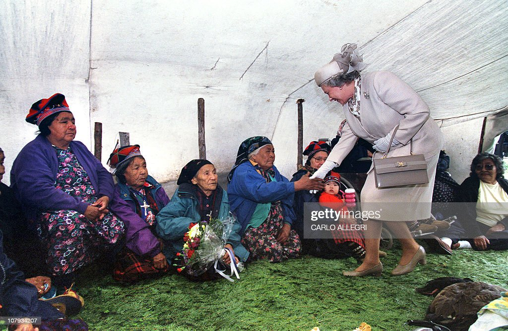 Queen Elizabeth II (R) arrives at Confed : News Photo