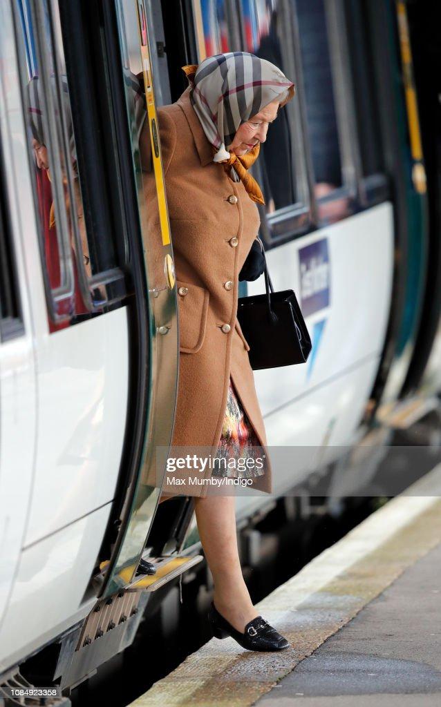 Queen Elizabeth II Arrives At King's Lynn Station : ニュース写真