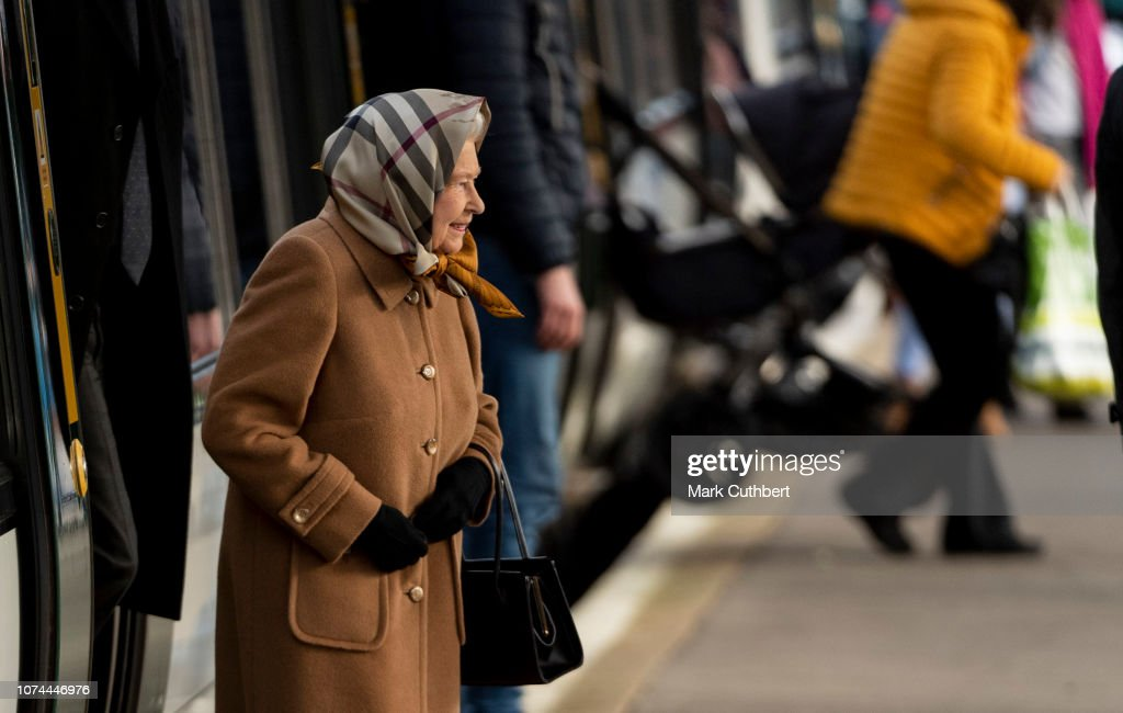 Queen Elizabeth II Arrives At King's Lynn Station : Foto jornalística