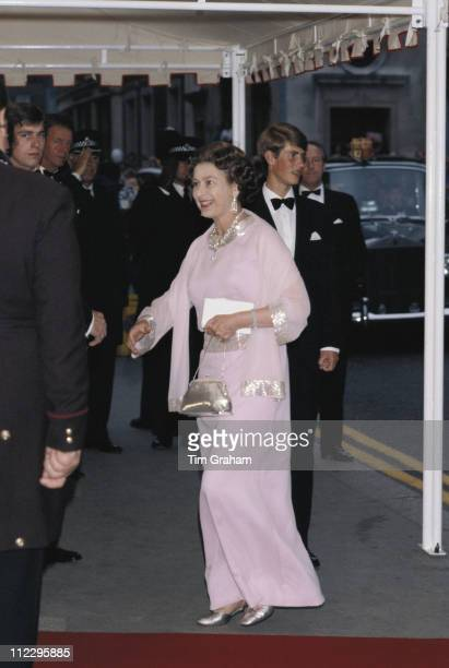 Queen Elizabeth II arriving for the 80th birthday celebrations of the Queen Mother at the Royal Opera House in Covent Garden London England Great...