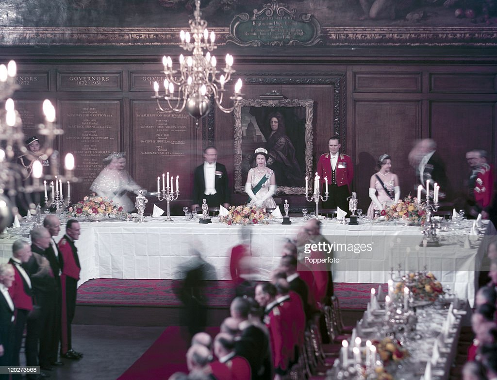 Queen Elizabeth II At A Formal Banquet : News Photo