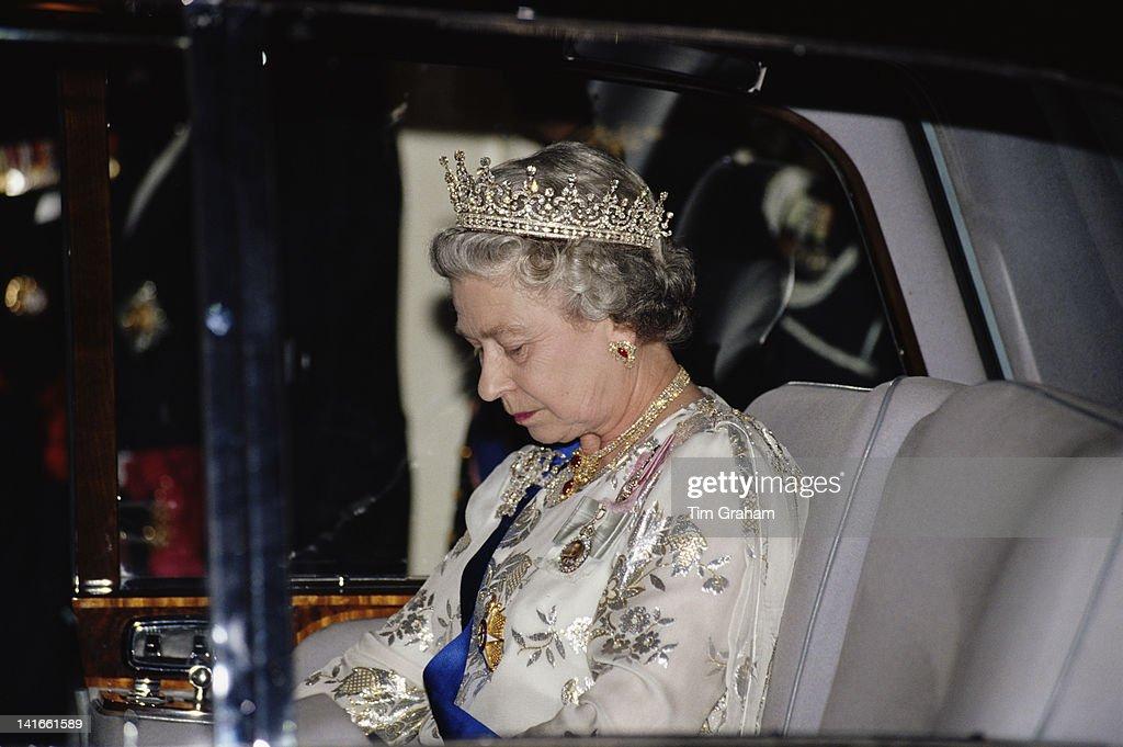 Queen Attends Banquet : News Photo