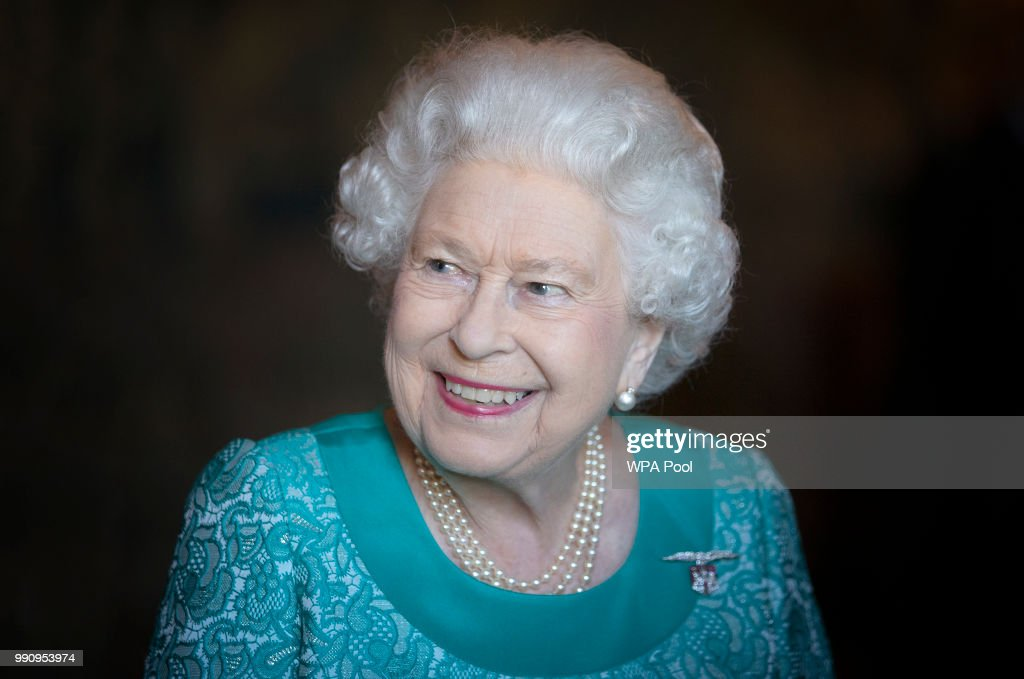 The Queen Attends Reception At Palace Of Holyroodhouse : Foto di attualità