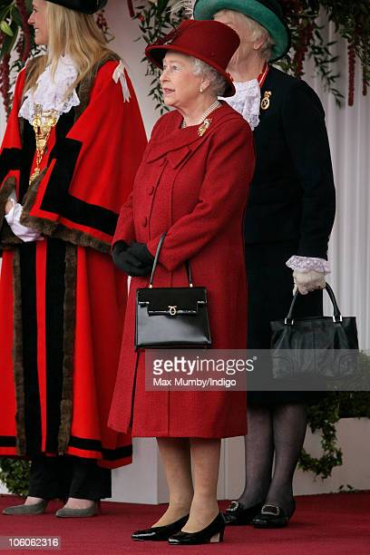 Queen Elizabeth II attends the ceremonial welcome for the State Visit by The Emir of the State of Qatar Sheikh Hamad bin Khalifa AlThani and Her...