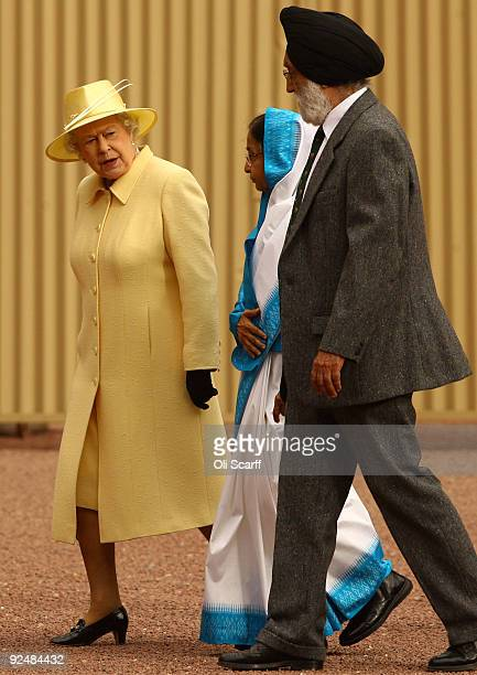 Queen Elizabeth II bids farewell to the President of the Republic of India Prathibha Devi Singh Patil and Indian dignitaries in the grounds of...