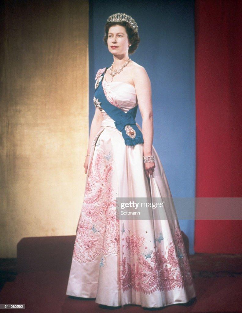 Queen Elizabeth II in Formal Clothing : News Photo