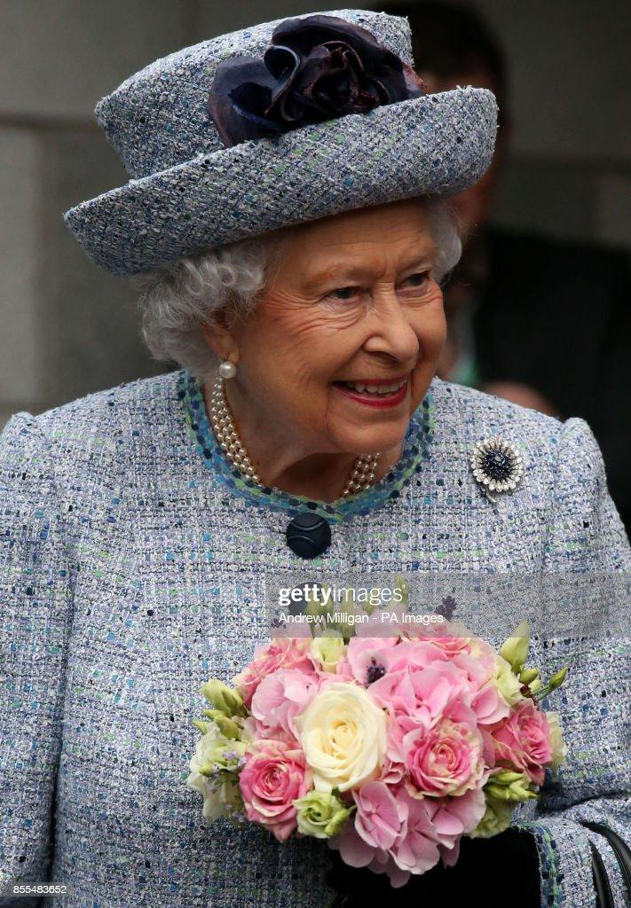 Queen opens Aberdeen hospital roof garden : News Photo