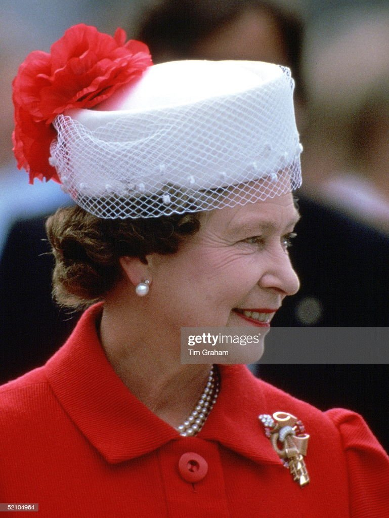 Queen Red And White Hat : News Photo