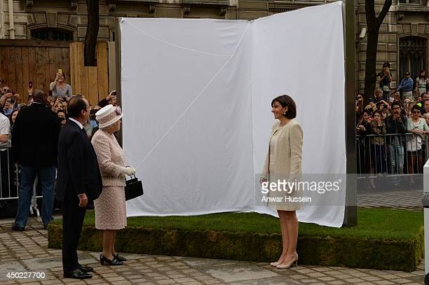 Queen Elizabeth II French President Francois Hollande and Paris Mayor Anne Hidalgo unveil 'Open Book' by British artist Diane Maclean offered to...