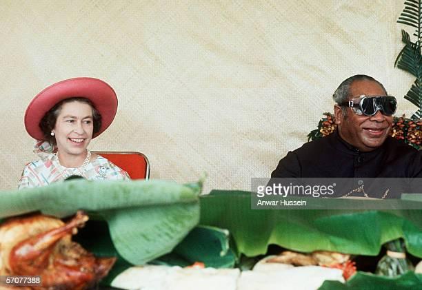 Queen Elizabeth II having a grand picnic with the King of Tonga, Taufa'ahau Tupou IV in 1977.
