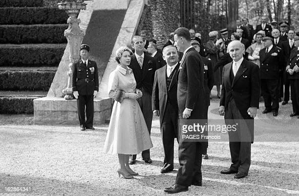 Queen Elizabeth Ii In Official Travel In France Visiting Versailles France Versailles 9 avril 1957 Élisabeth II Reine du RoyaumeUni et des royaumes...