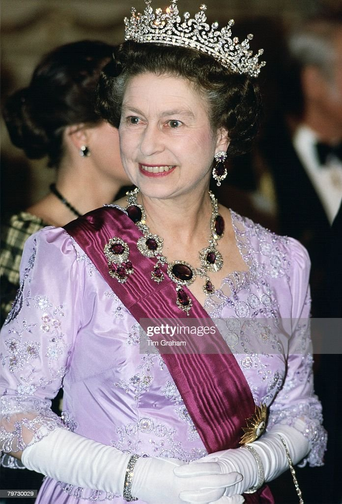 Queen Elizabeth II in Portugal wears a necklace and brooch o : News Photo
