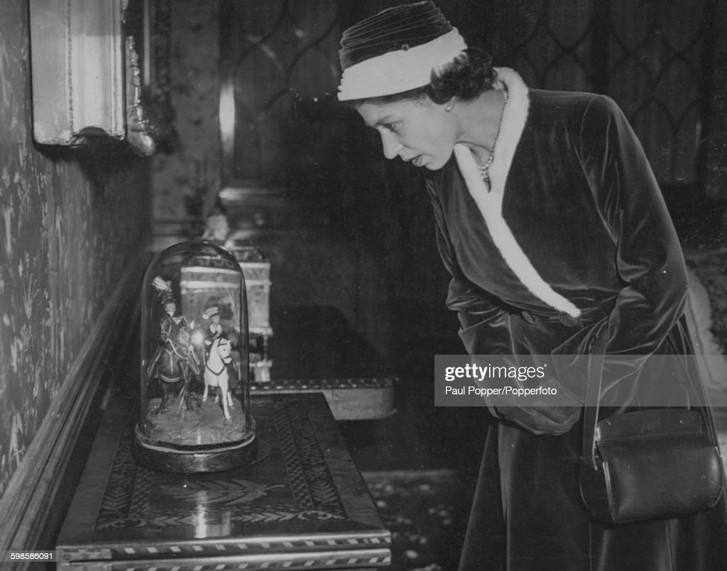 Queen Elizabeth II At Kensington Palace : News Photo