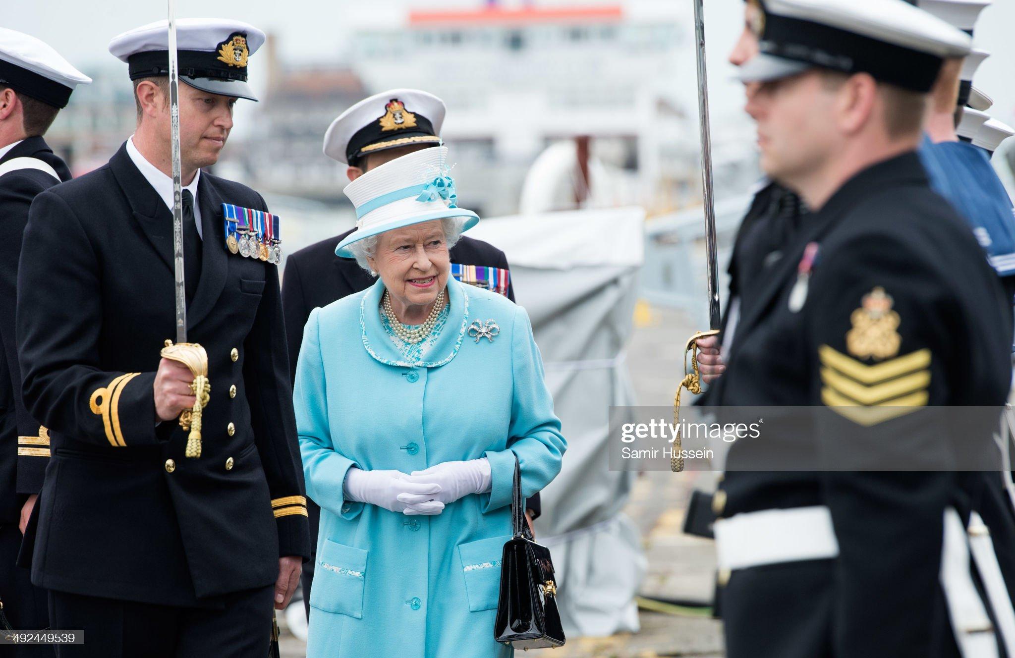 Королева Елизавета II осматривает роту корабля HMS Lancaster, когда она посещает военно-морскую базу Портсмут 20 мая 2014 года в Портсмуте, Англия