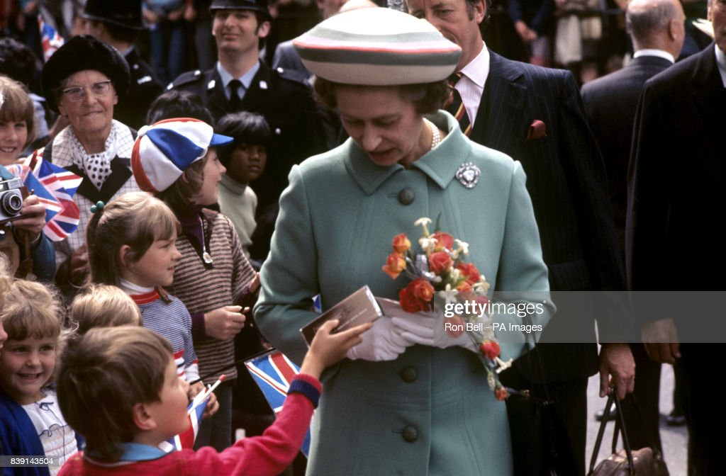Royalty - Queen Elizabeth II Silver Jubilee - Tour of Great Britain : News Photo