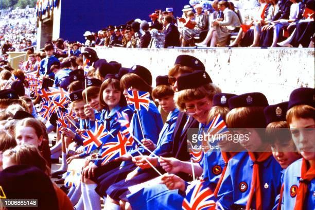 Queen Elizabeth II Königin von Groß Britannien auf Staatsbesuch in Berlin Westberlin am 28 Mai 1987 Pfadfinder Queens Birthday Parade Maifeld am...