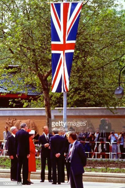 Queen Elizabeth II Königin von Groß Britannien auf Staatsbesuch in Berlin Westberlin am 28 Mai 1987 im Berliner Stadtbild am Zoo unter dem Union Jack...